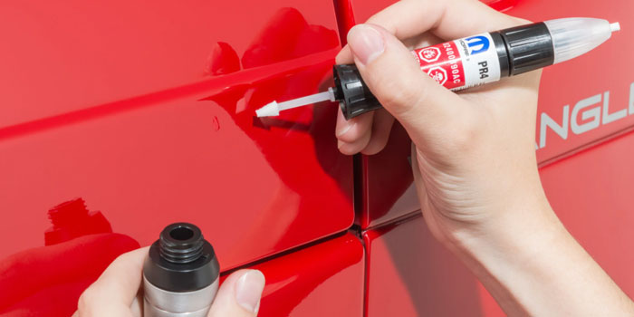 using-auto-tuch-up-paint-on-red-car